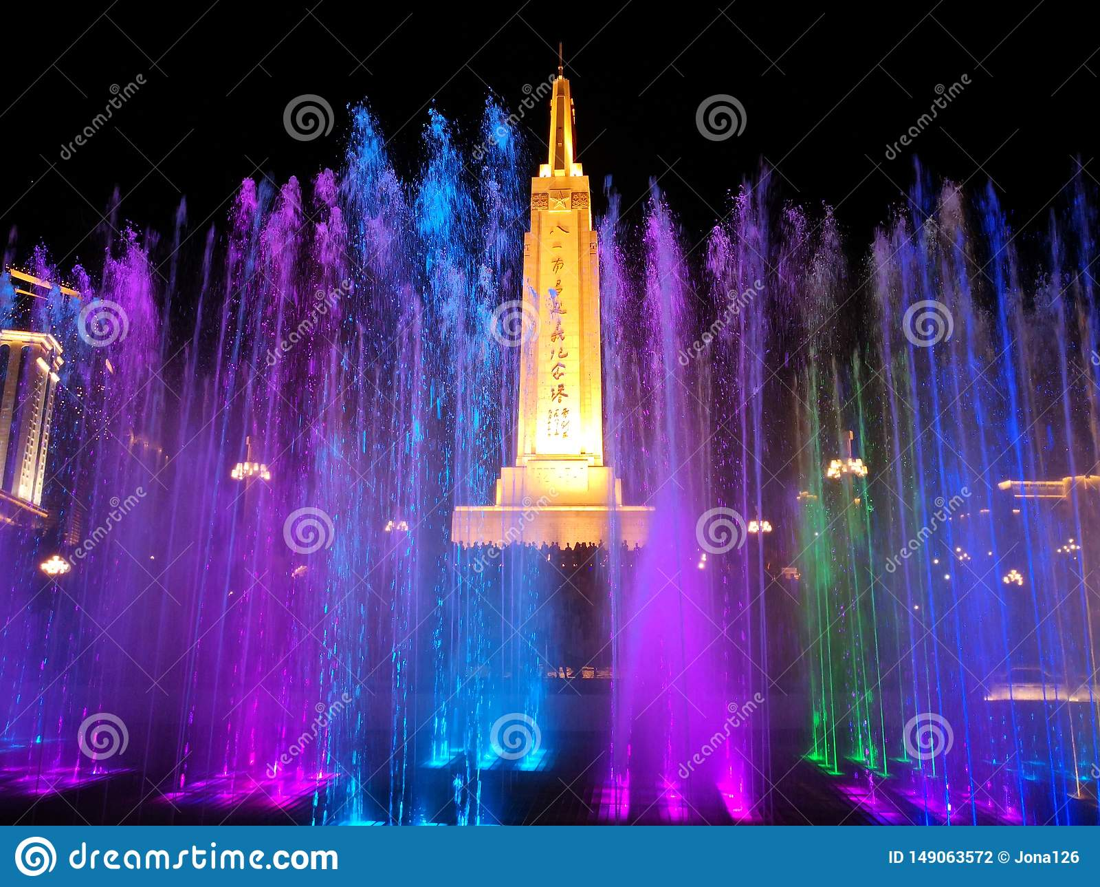 Pomnikowa i kolorowa fontanna w nocy