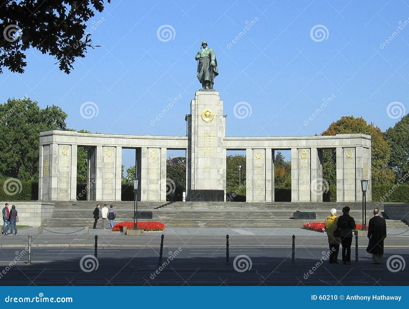 Pomnikowi żołnierze sowieccy