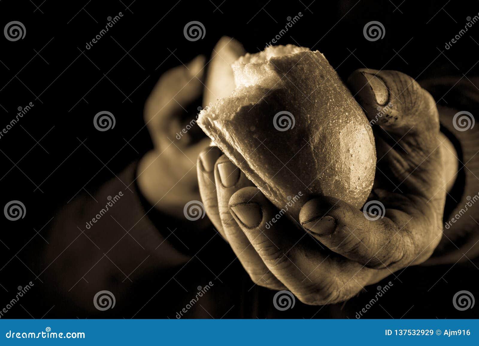 Pomocna dłoń daje kawałkowi chleb Biednego Człowieka udzielenia chleb, pomocnej dłoni pojęcie Bursztyn zamknięty w górę