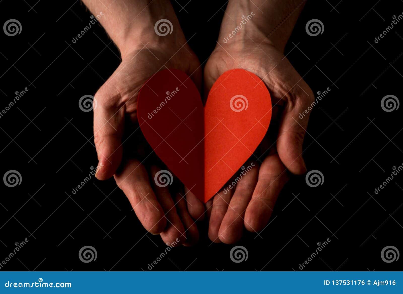 Pomocnej dłoni pojęcie, mężczyzna ręk palmy w górę trzymać Czerwonego serce, dawać miłości, dosięga za