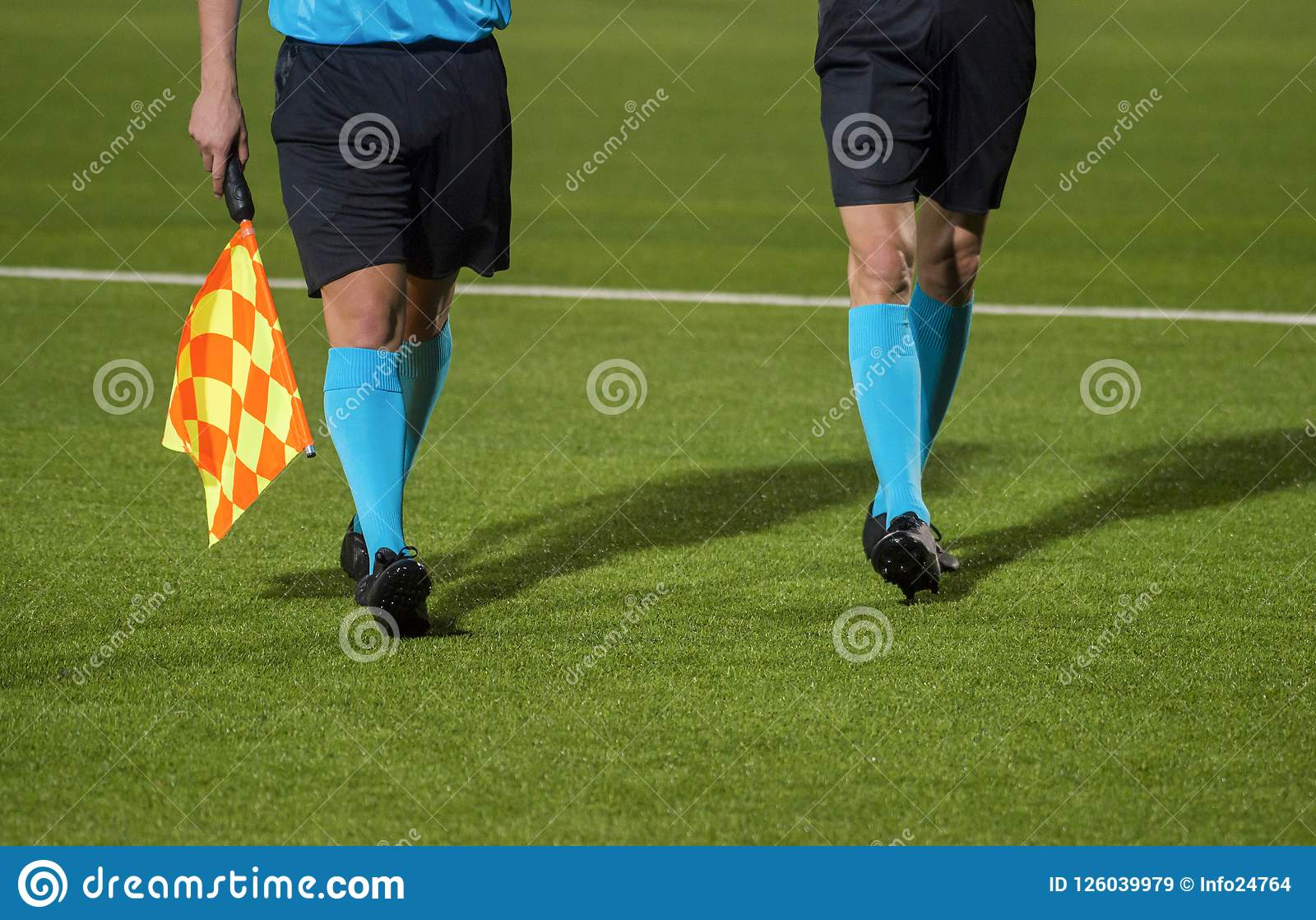Pomocniczy arbitra odprowadzenie wzdłuż linii bocznej podczas piłki nożnej maty