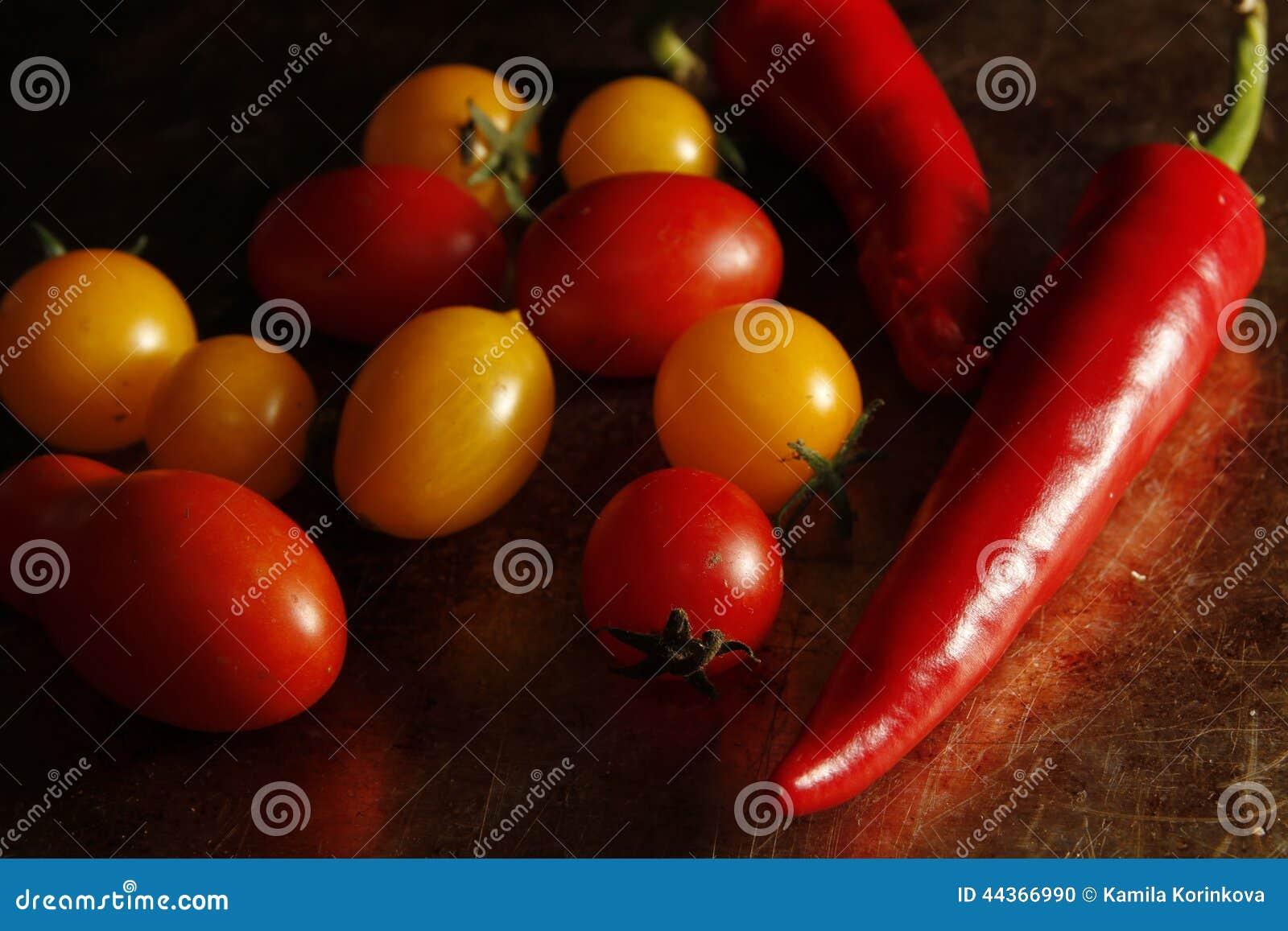 Pomodori di ciliegia e pepe di peperoncino rosso
