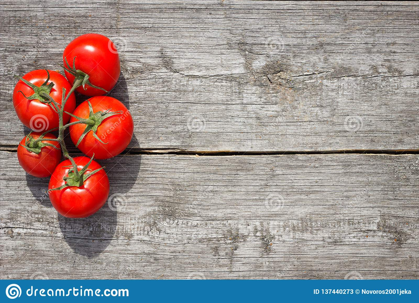 Pomodori su una tabella di legno