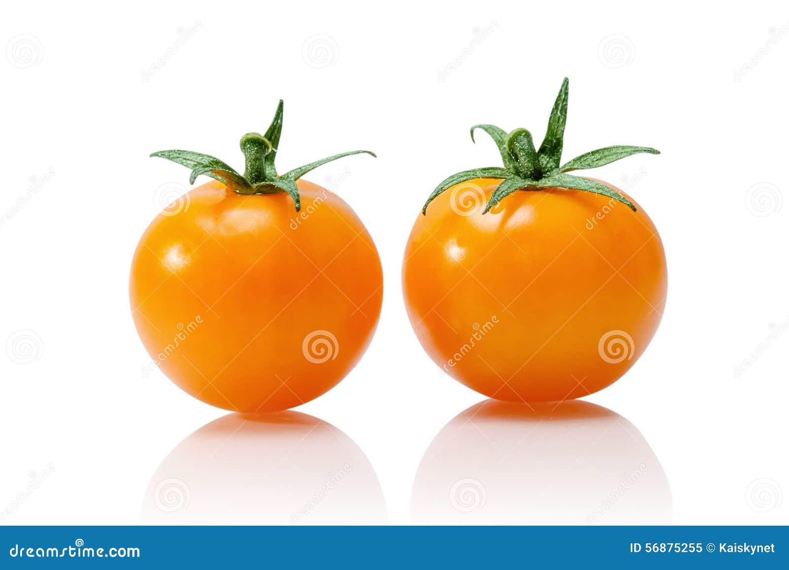 Pomodoro giallo isolato su bianco