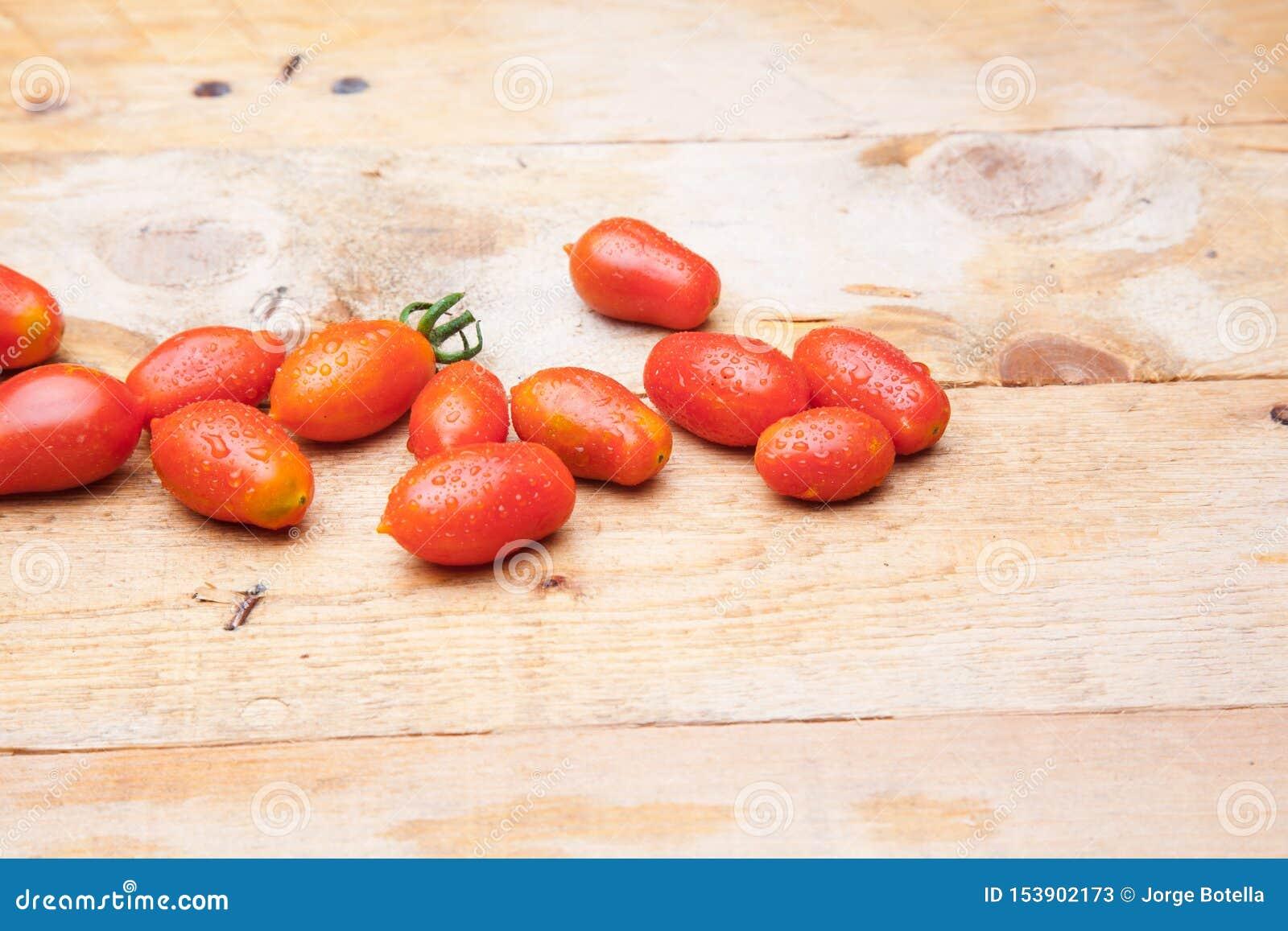 Pomodoro maturo su fondo di legno