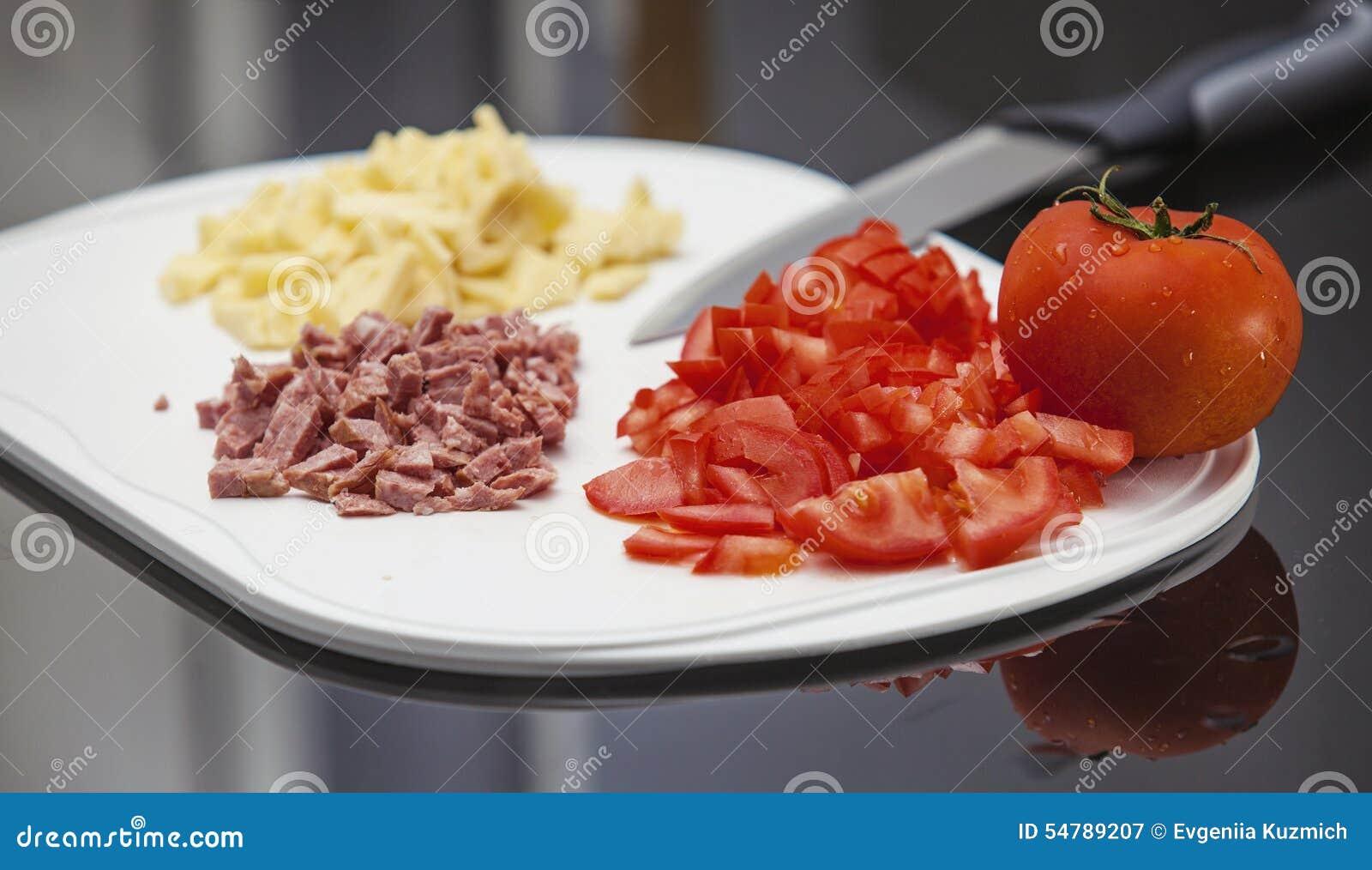 Pomodoro, salsiccia e formaggio affettati