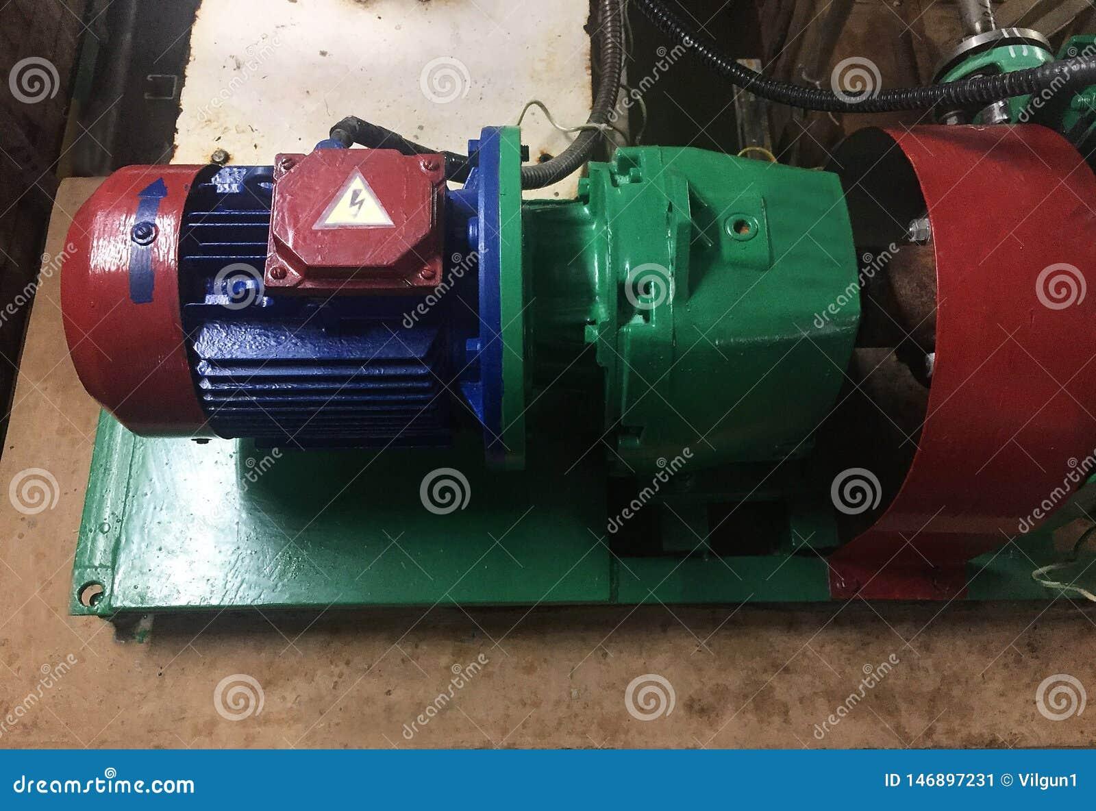 Pomp en motor bij een industri?le faciliteit Waarschuw het materiaal in actie Details en close-up