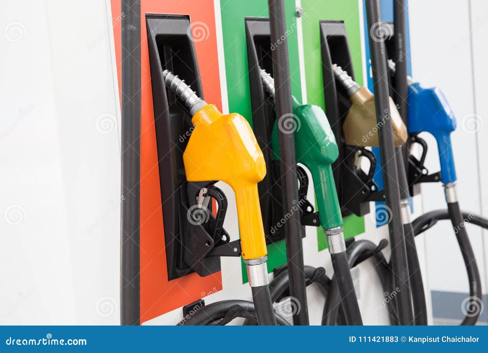 Pompa del carburante, stazione di servizio, benzina Ugelli di riempimento della pompa di benzina variopinta su fondo bianco