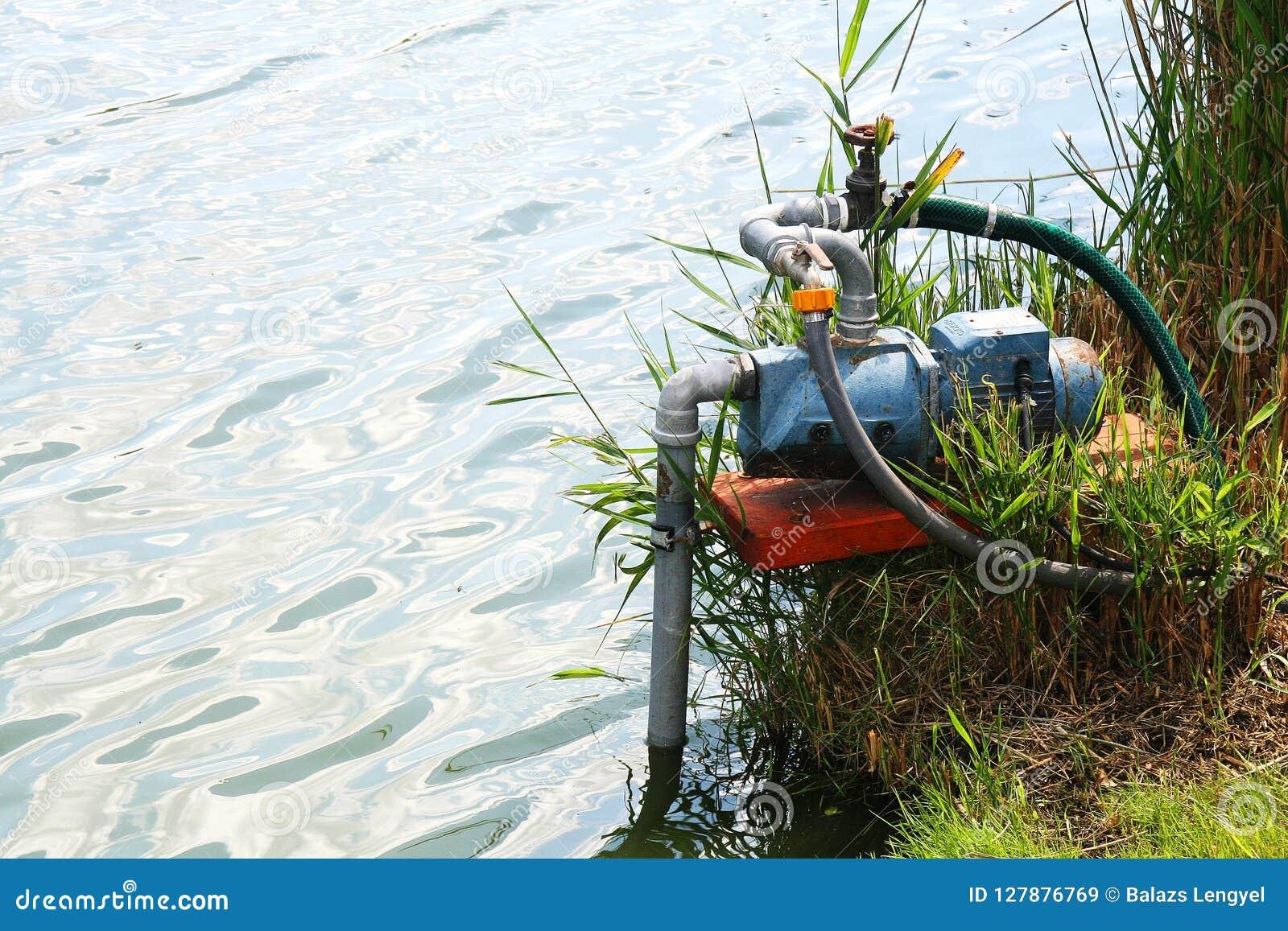 Pompa idraulica che funziona nel lago
