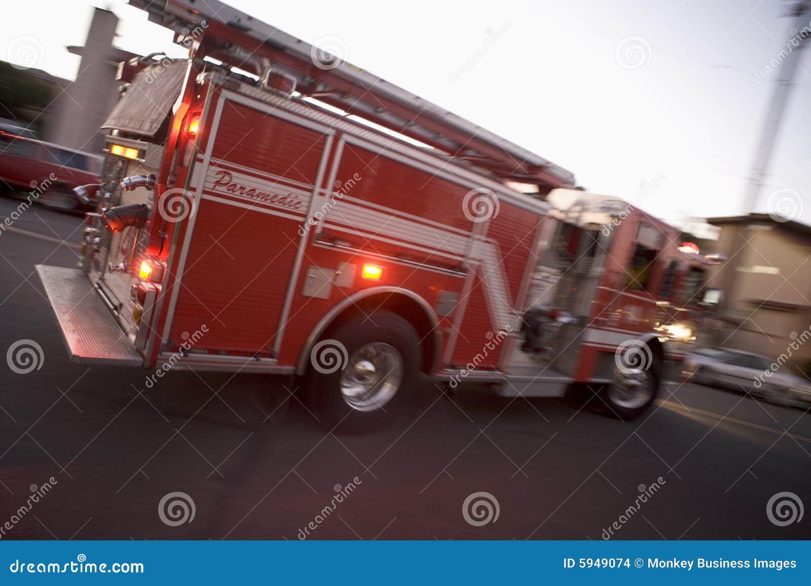 Pompe à incendie entraînant une réduction la rue