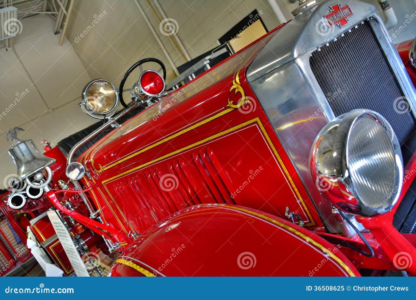 Pompe à incendie rouge