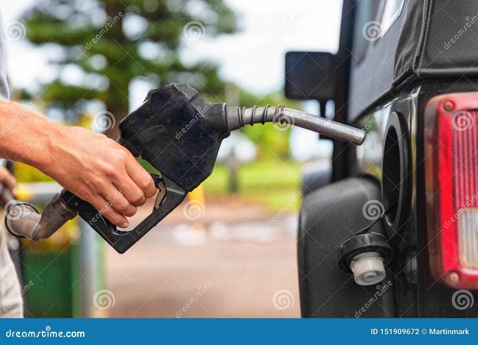 Pompe de station service ?quipez l essence remplissante d essence dans le gicleur de fixation de v?hicule