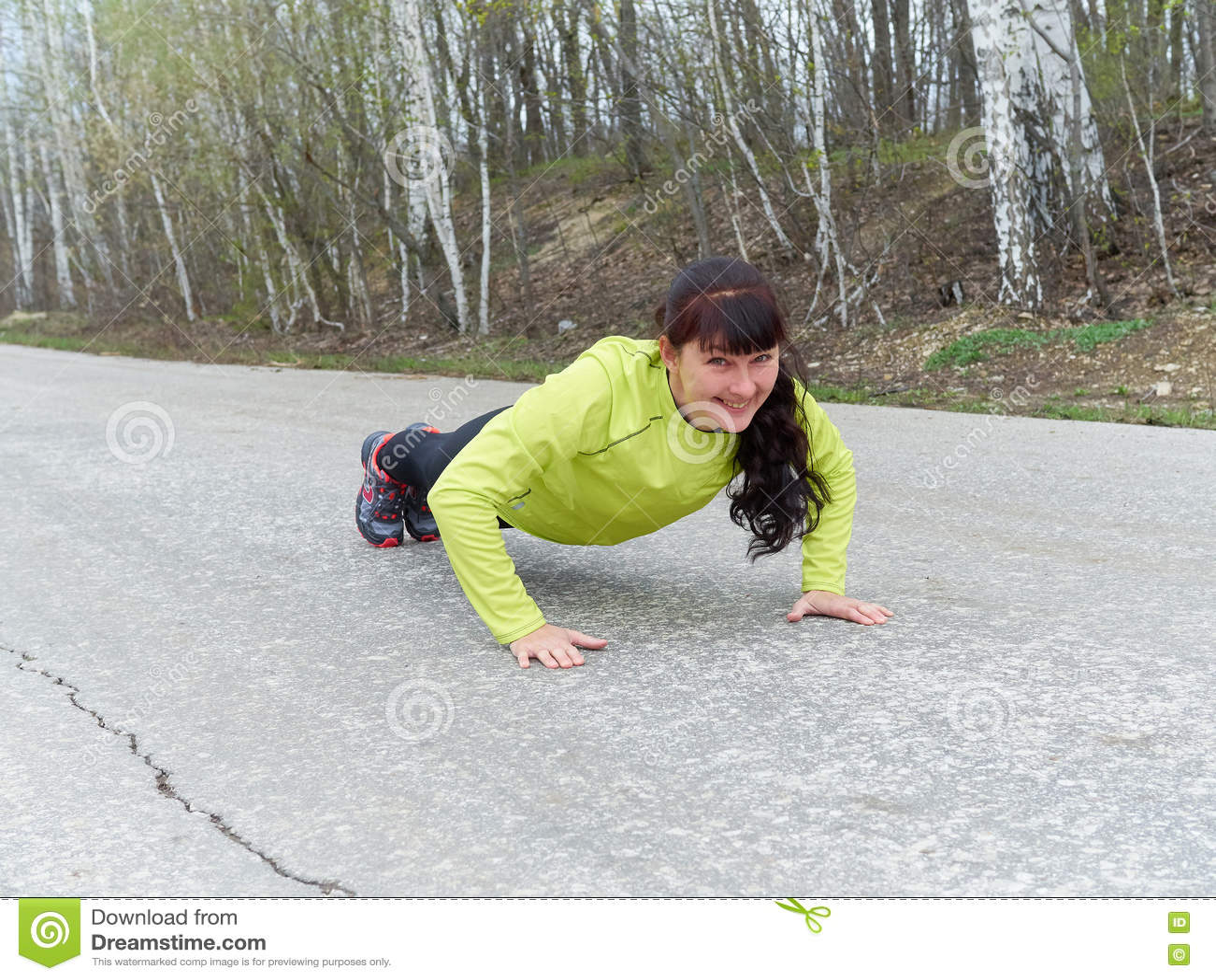 Pompes de jeune femme dehors en nature