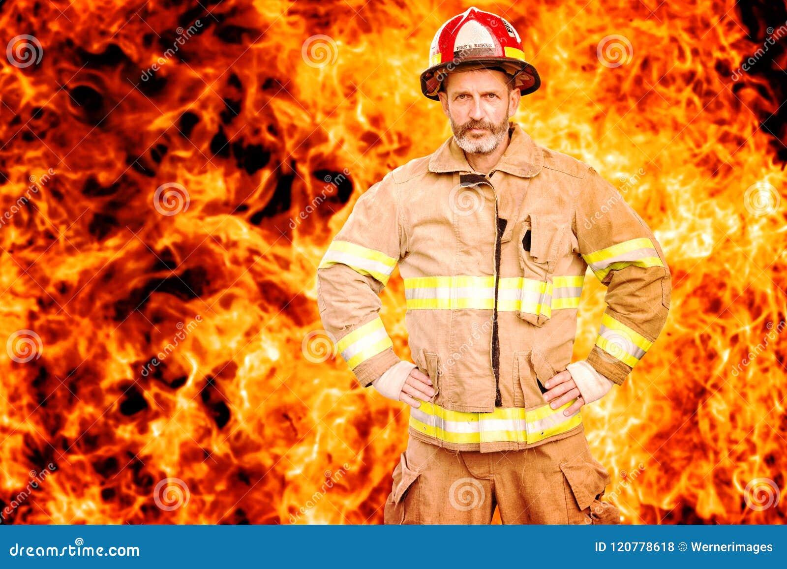 Pompier se tenant devant le mur du feu