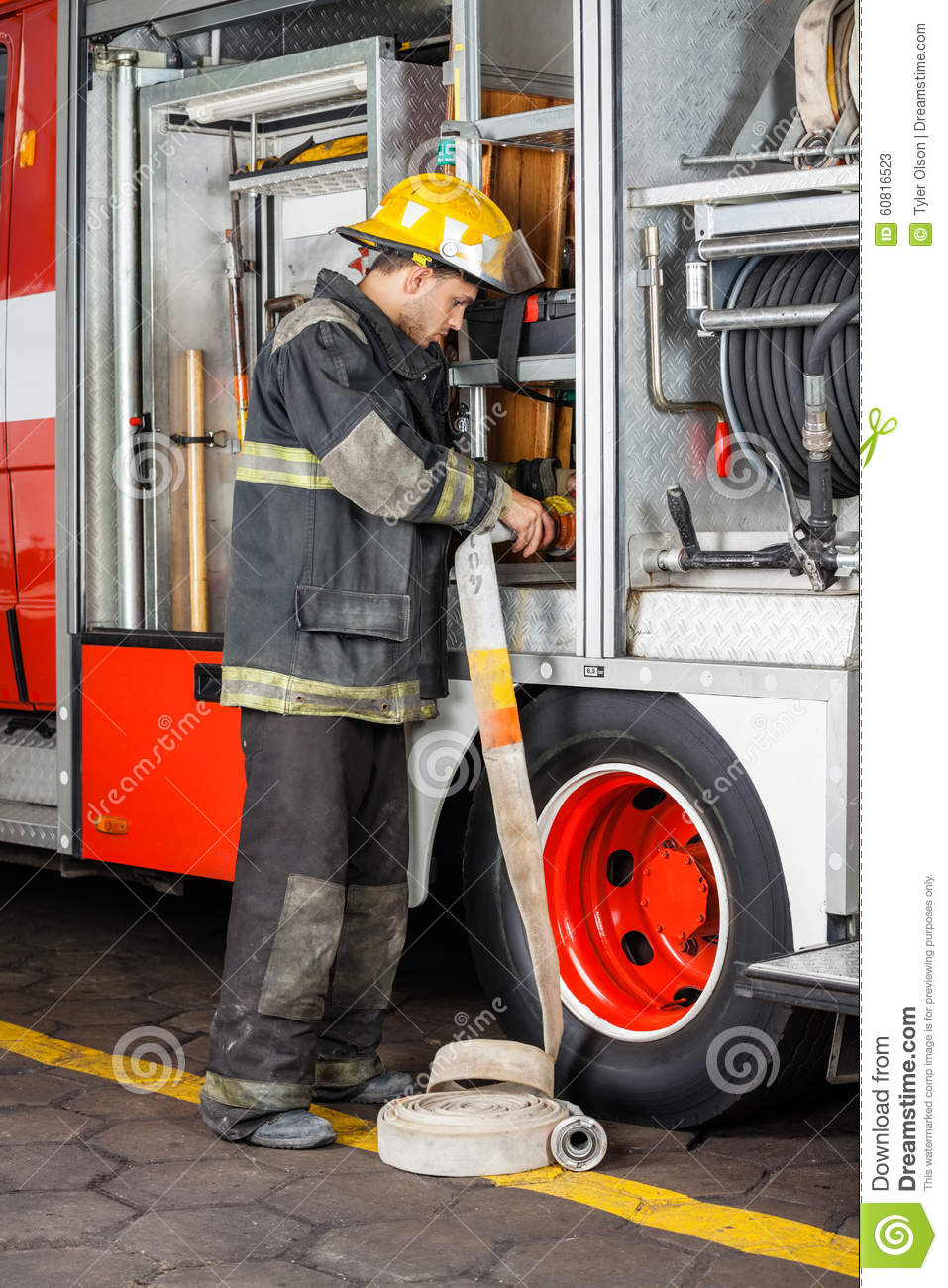 Pompiere Fixing Water Hose in camion