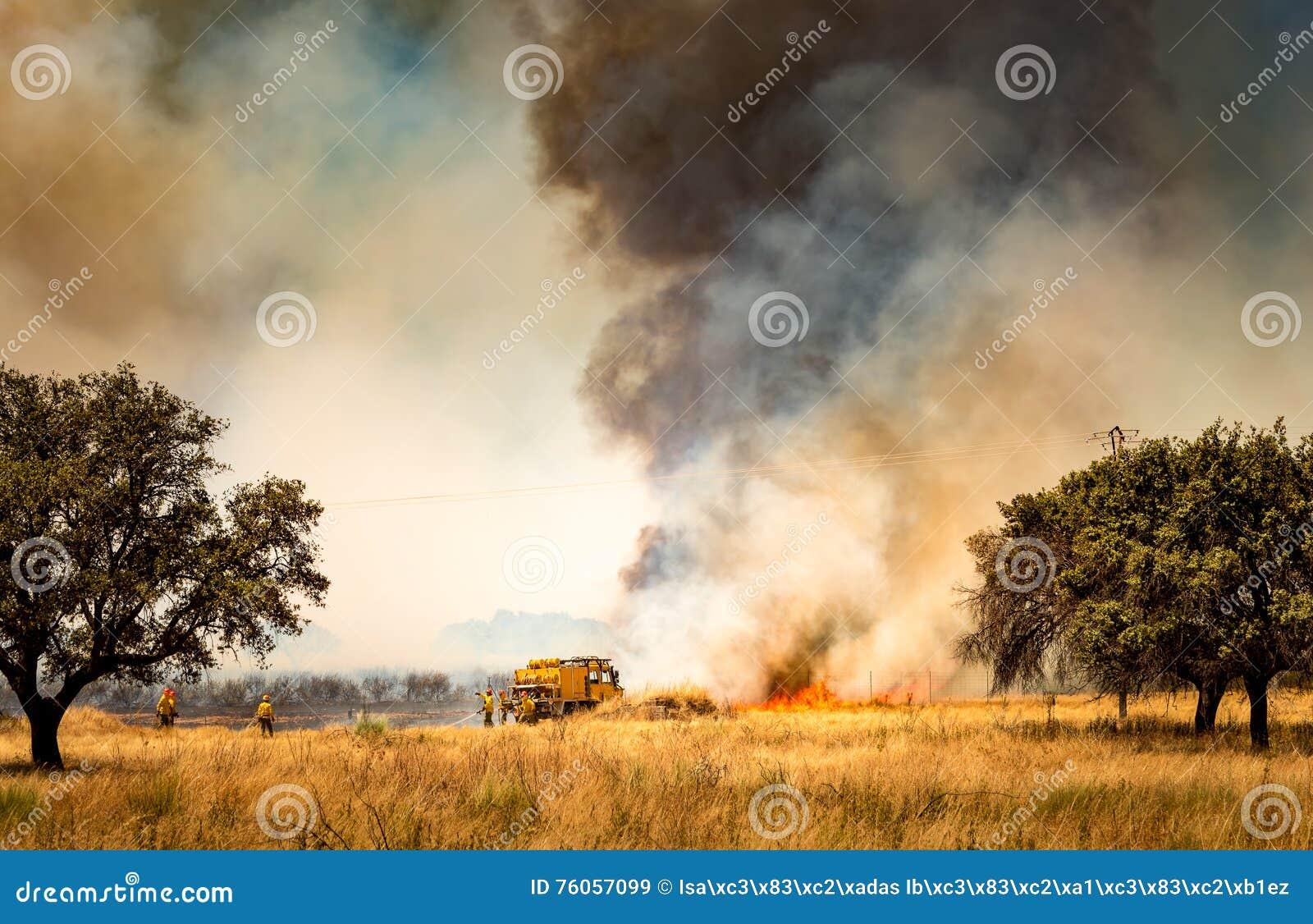 Pompieri che combattono fuoco