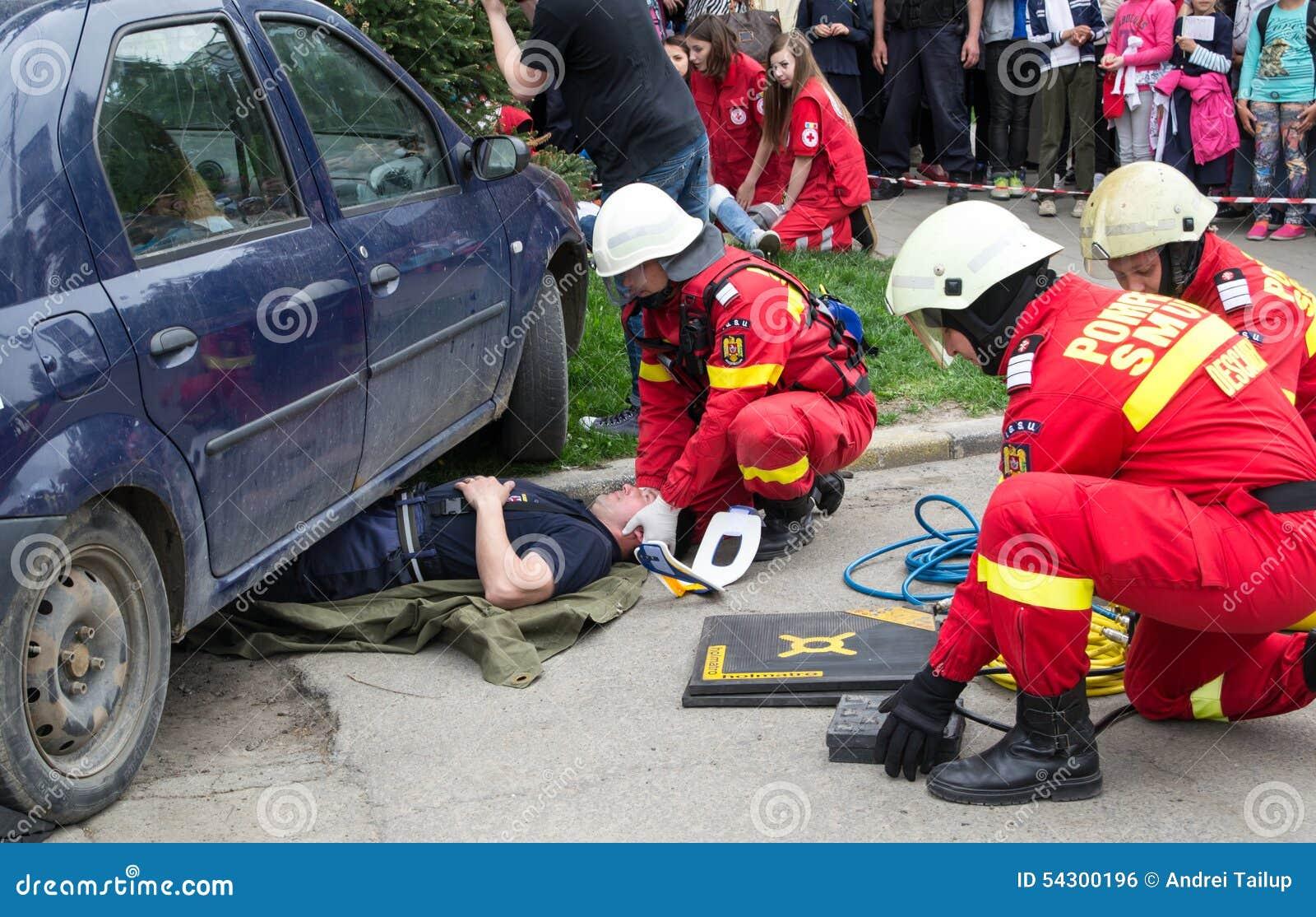 Pompieri che districano vittima