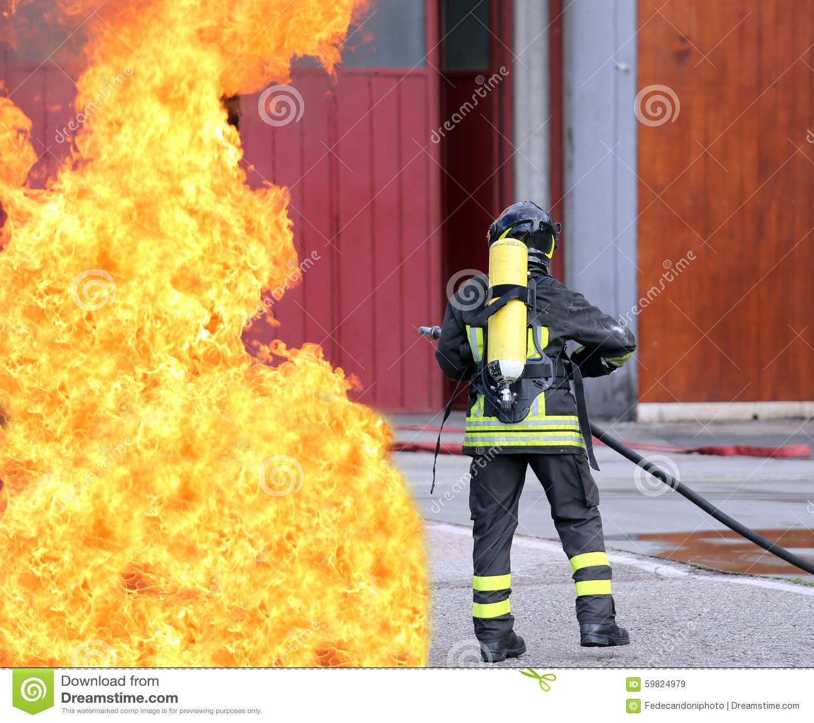 Pompieri con le bombole d ossigeno fuori dal fuoco