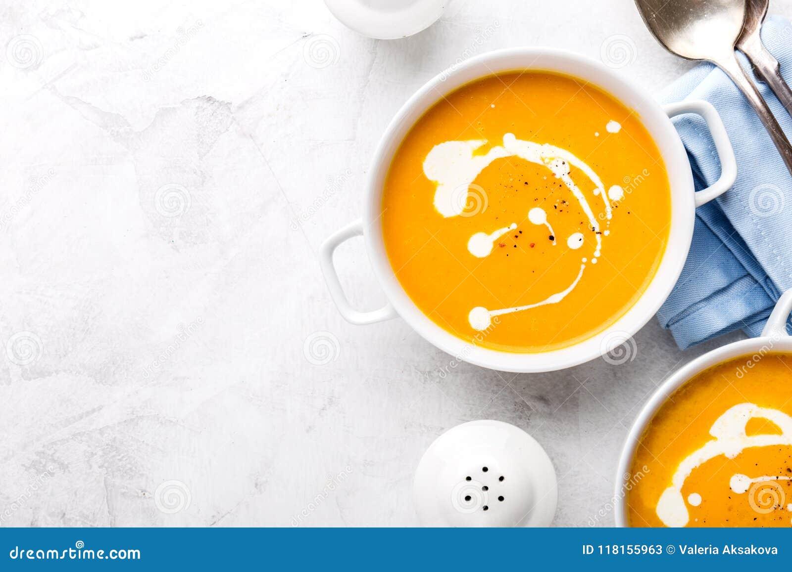 Pompoen romige die soep met verse room wordt verfraaid