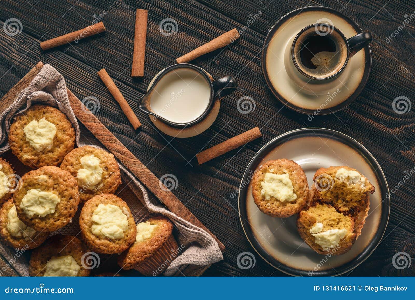 Pompoenmuffins met roomkaas het vullen