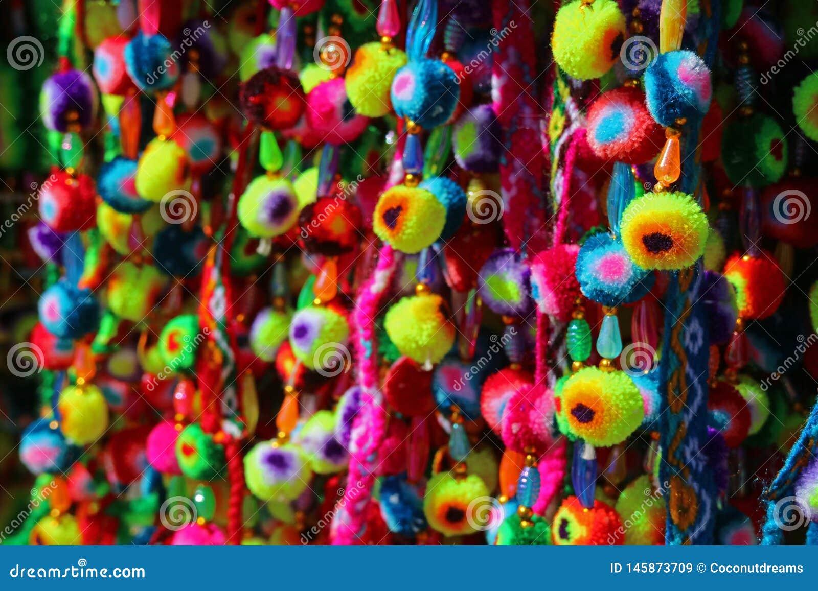 Pompom andino vívido da multi cor indicado na loja em uma vila de Bolívia