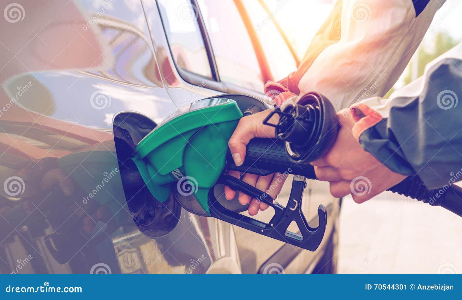 Pompować gazu Ręka trzyma paliwowego nozzle