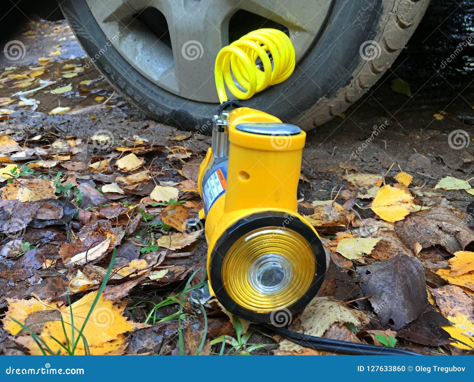 Pompować koła na żółtych liściach