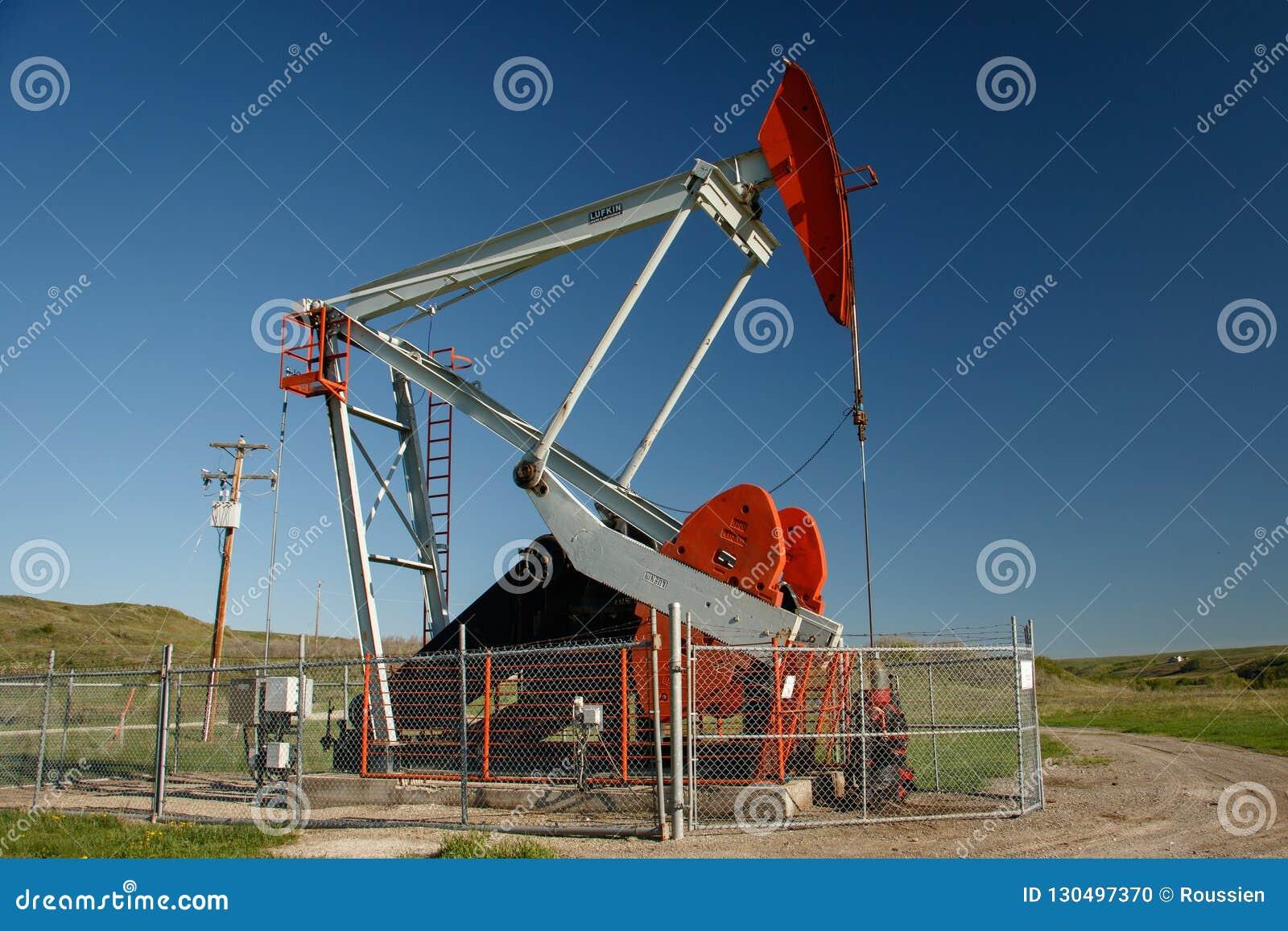Pompowa dźwigarka na polu naftowym w południowym Alberta w Kanada
