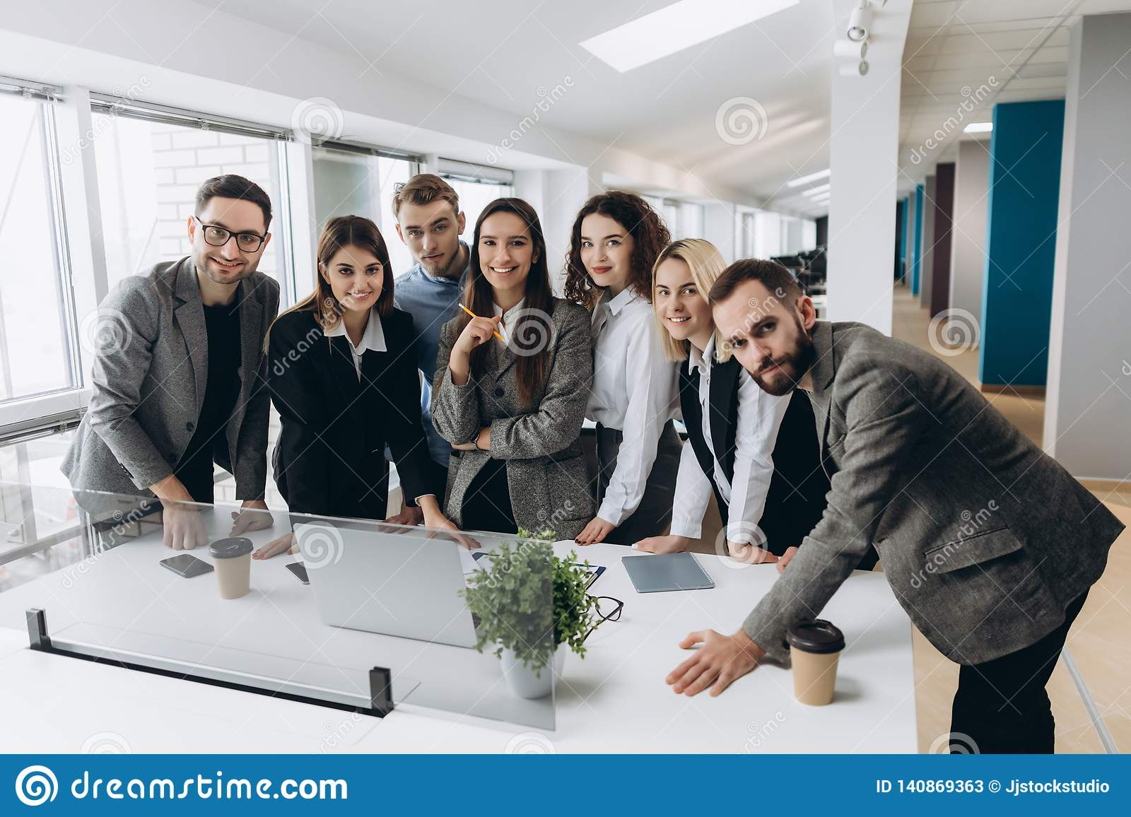 Pomyślna drużyna przy pracą Grupa młodzi ludzie biznesu pracuje wpólnie i komunikuje w kreatywnie biurze