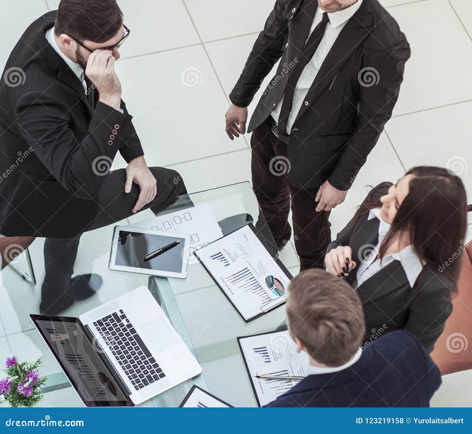 Pomyślna biznes drużyna dyskutuje nowego pieniężnego plan firma