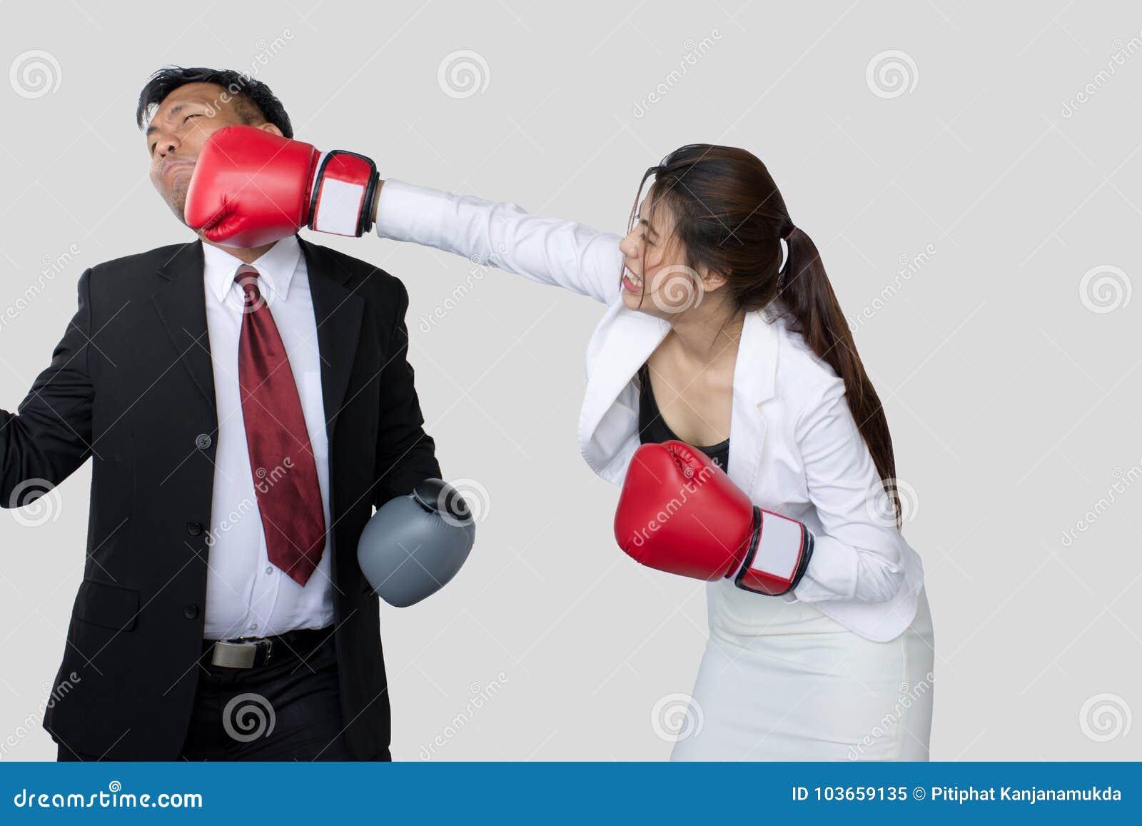 Pomyślna biznes drużyna, kostiumer lub klient w spotkaniu, bizneswomanie dyskutuje nad dokumentem z męskim kolegą/