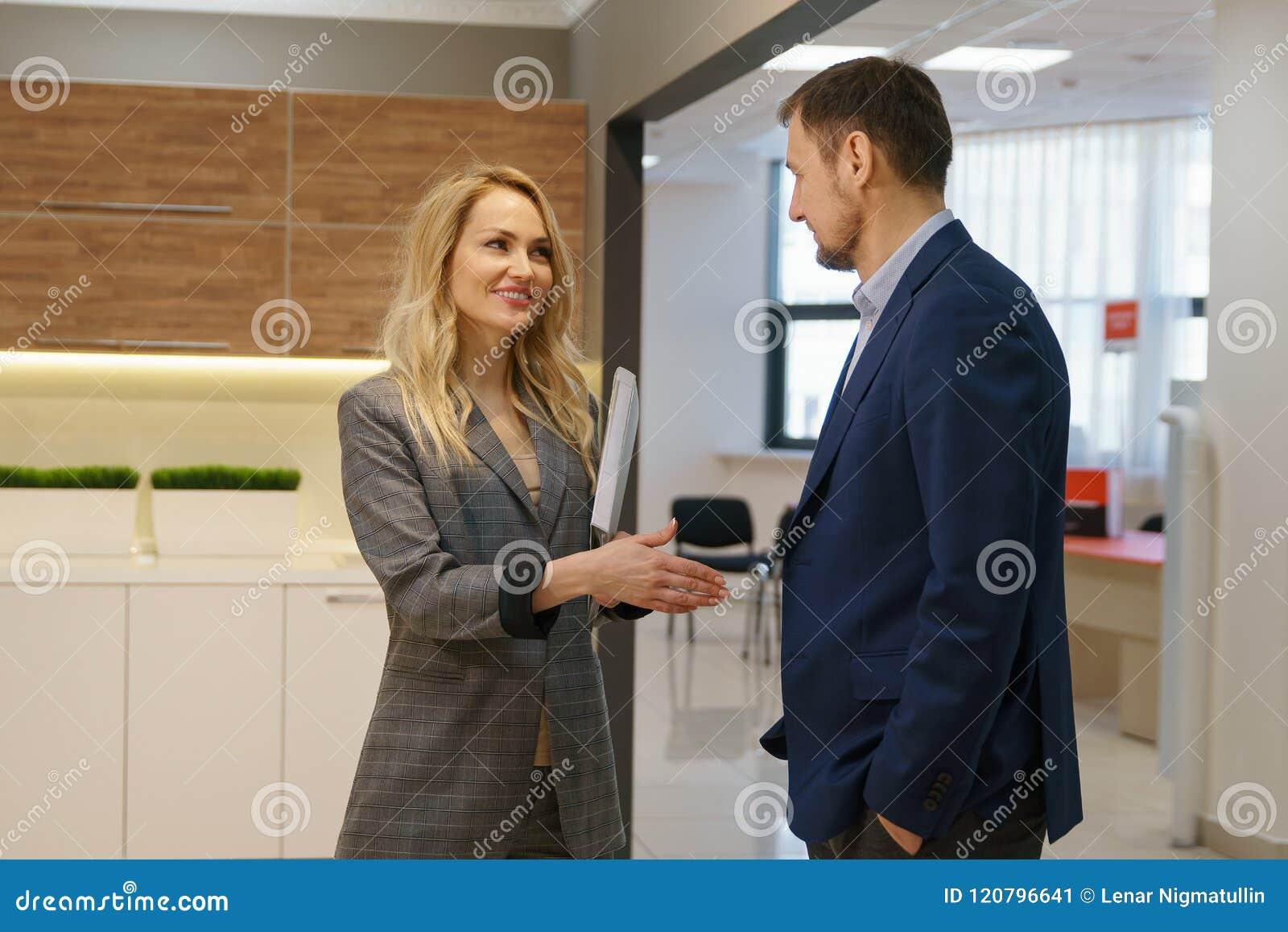 Pomyślna transakcja partnery biznesowi załatwia ręką