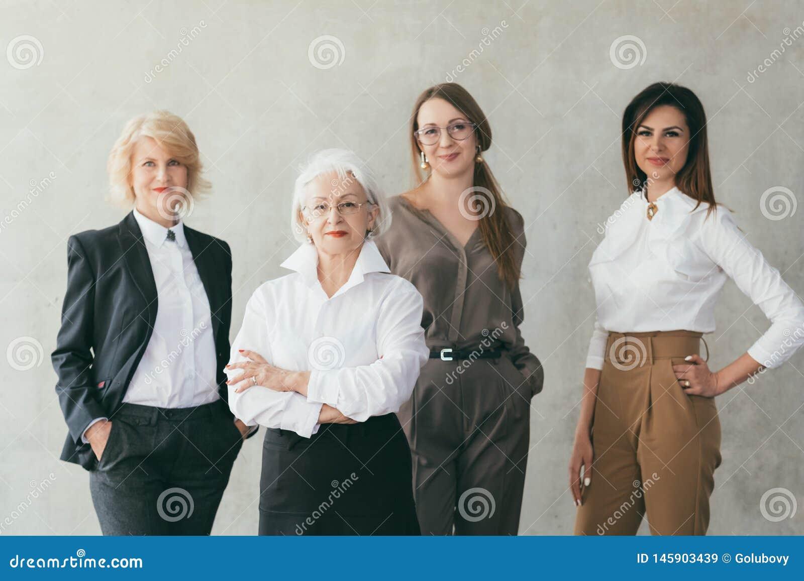 Pomyślni biznesowych kobiet wykształceni żeńscy lidery