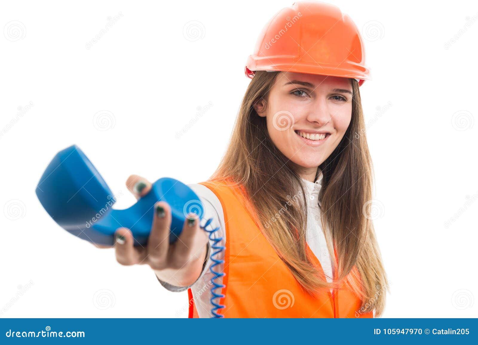 Pomyślny żeński konstruktor daje telefonu odbiorcy