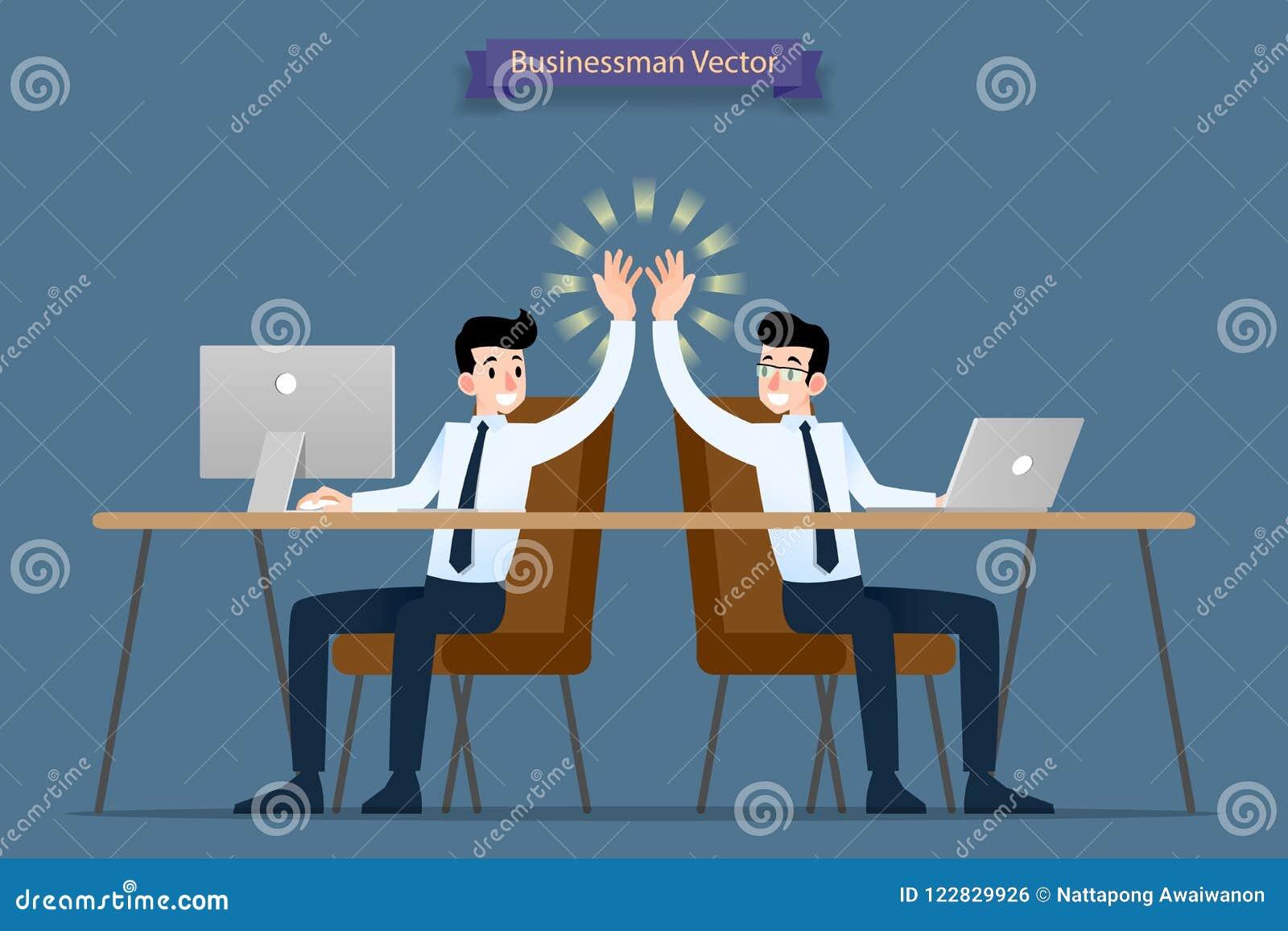 Pomyślny biznesmen, praca zespołowa pracuje wpólnie używać komputer i laptop daje wysokości, gratulacje each inny póżniej