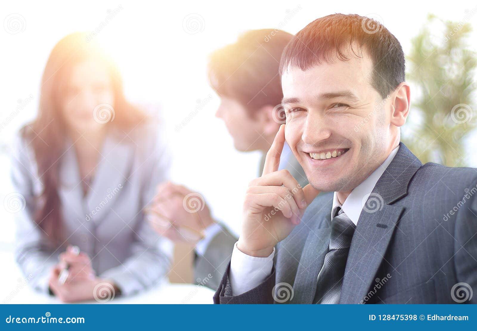 Pomyślny biznesmen w miejscu pracy