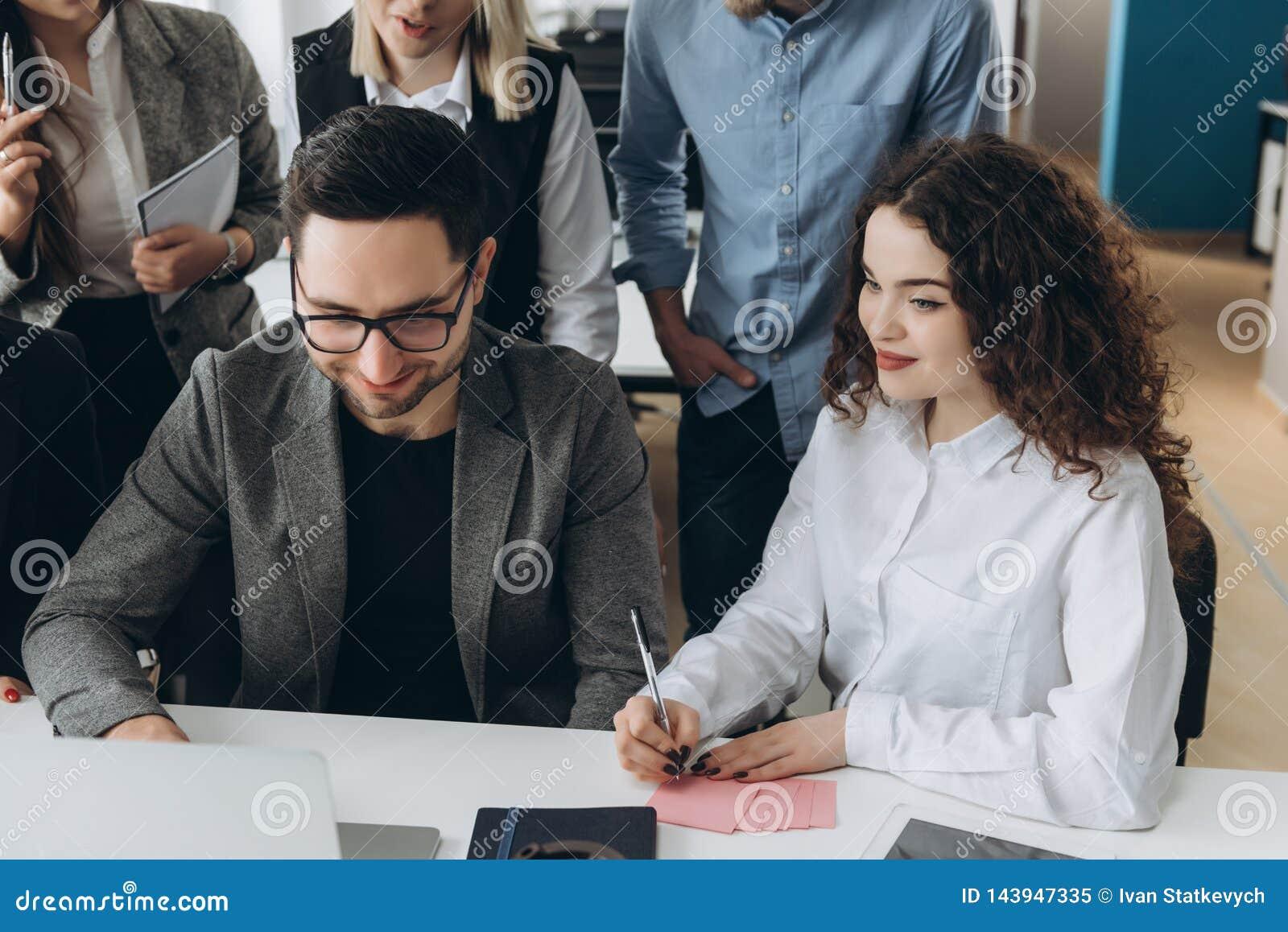 Pomy?lna dru?yna Grupa m?odzi ludzie biznesu pracuje wp?lnie i komunikuje w kreatywnie biurze