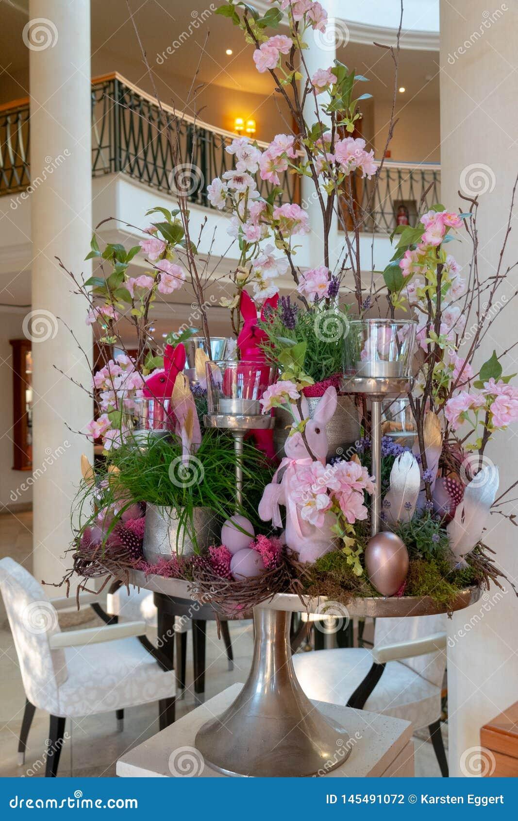 Pomysłowo układający Wielkanocni przygotowania stojaki w foyerze hotel