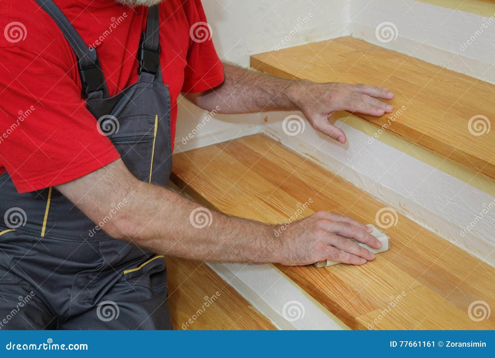 Poncage Escalier En Bois ponçage en bois d'escaliers image stock - image du mains