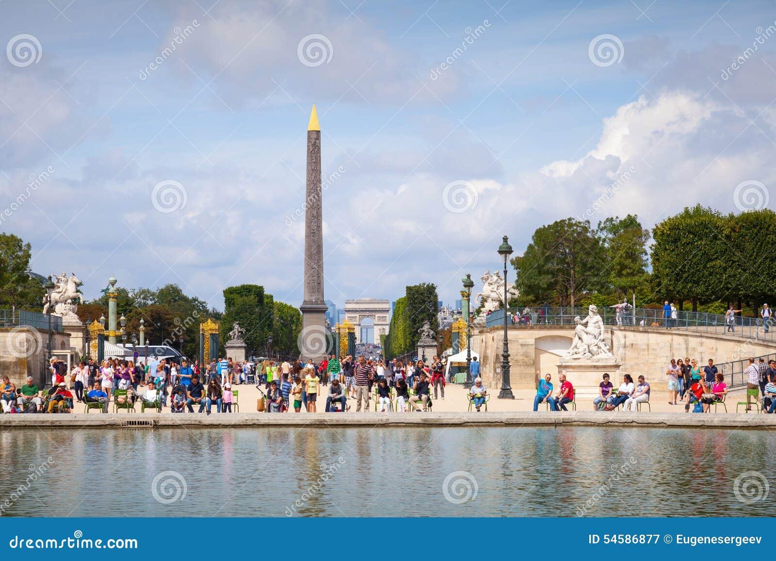Pond in jardin des tuileries with walking tourists for Jardin de france