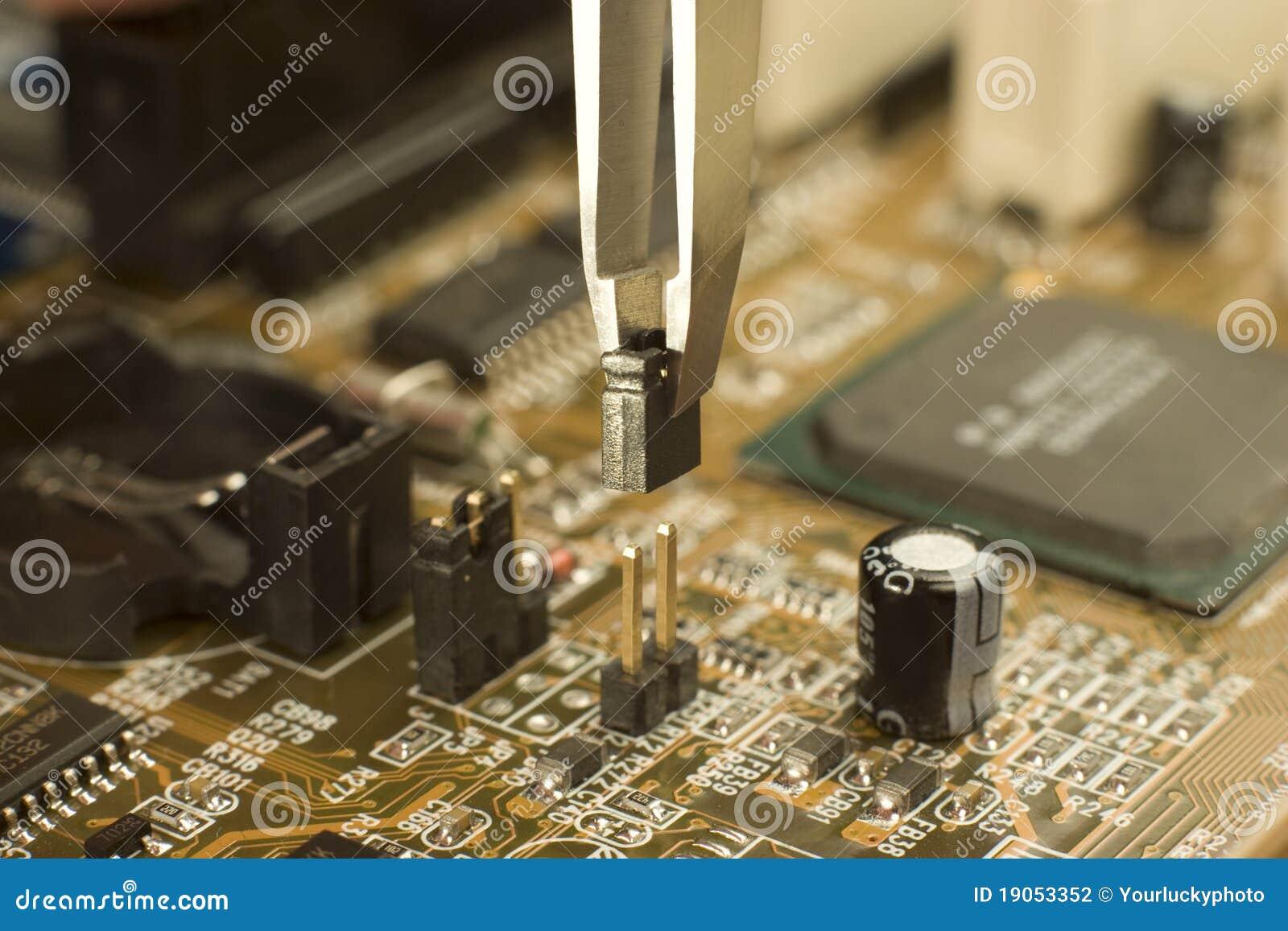 Poner el puente eléctrico en contactos de la placa madre