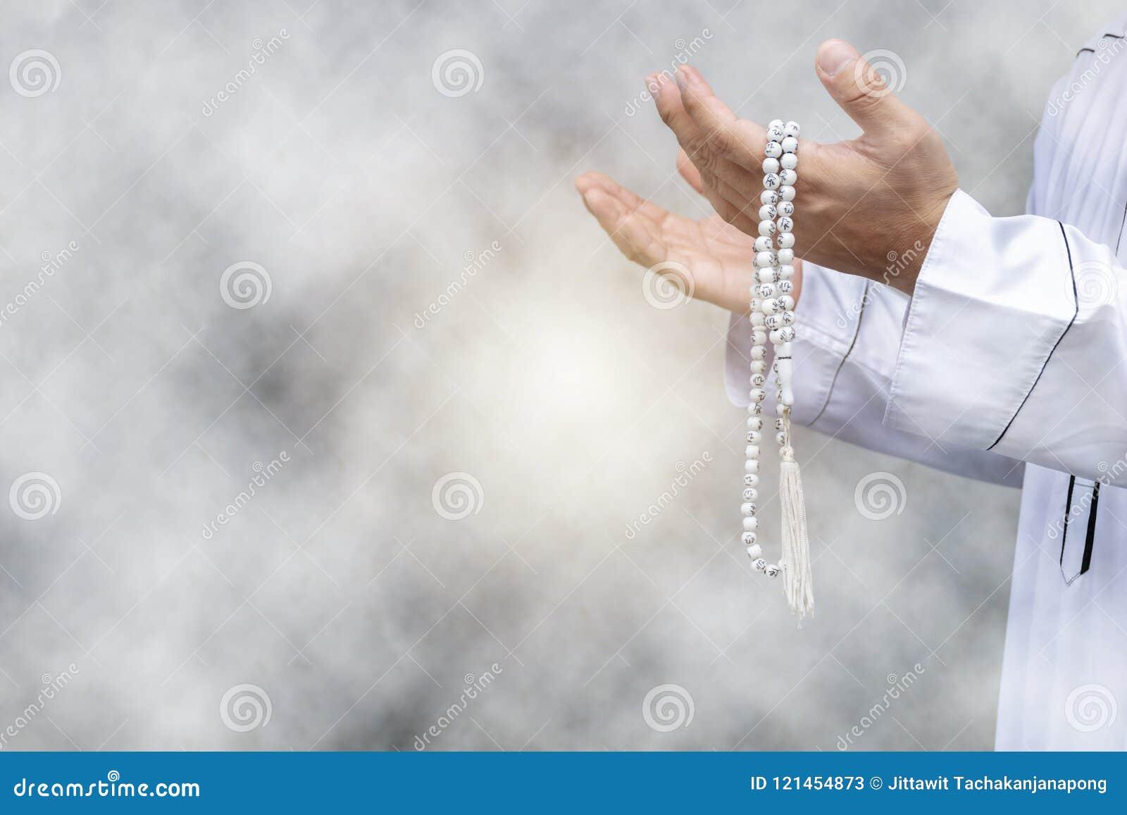Ponga el vestido blanco puro, lleve a cabo las manos al frente Fe en Islam