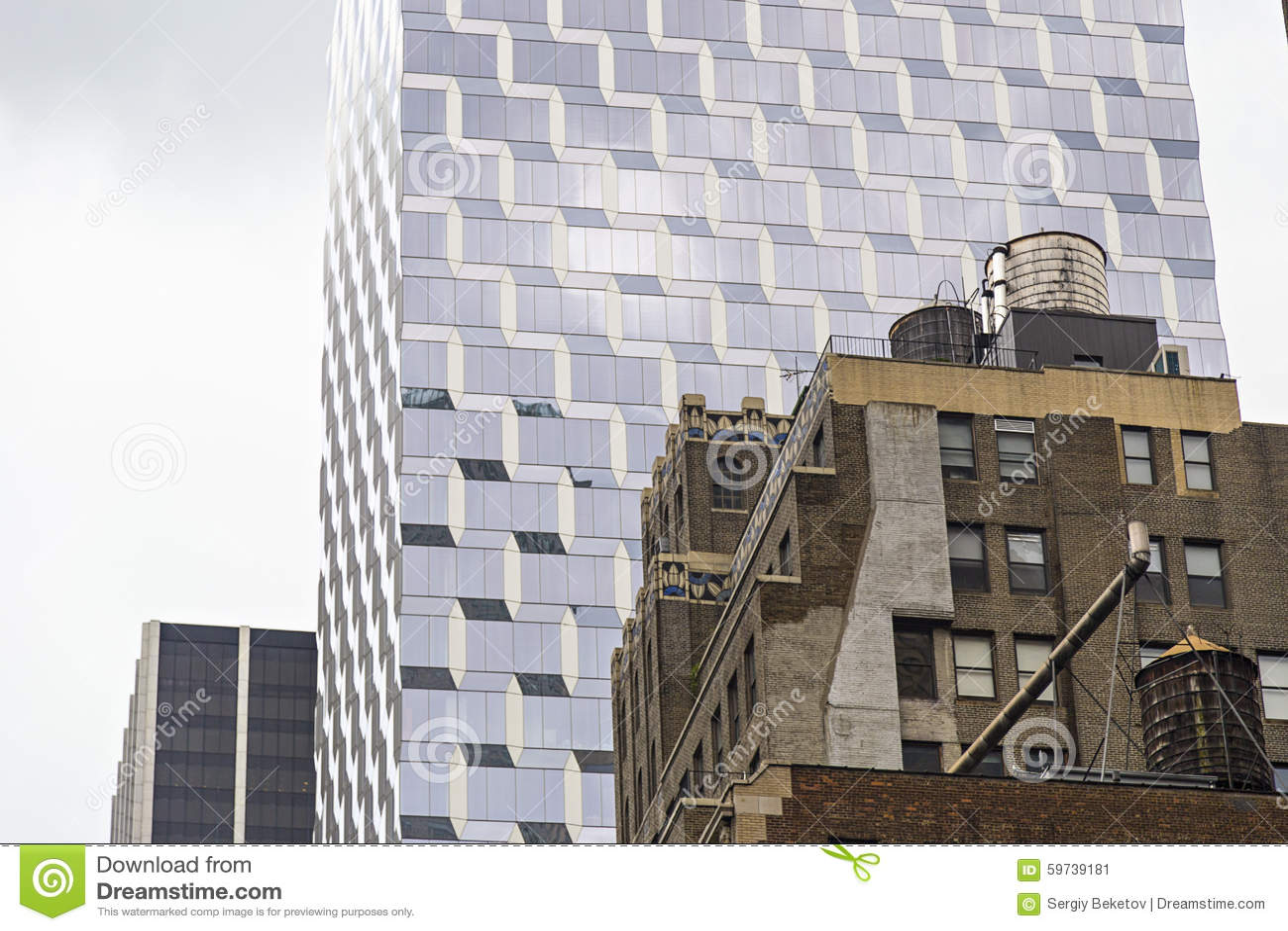 ponga en contraste entre los edificios viejos y modernos en new york city los eeuu