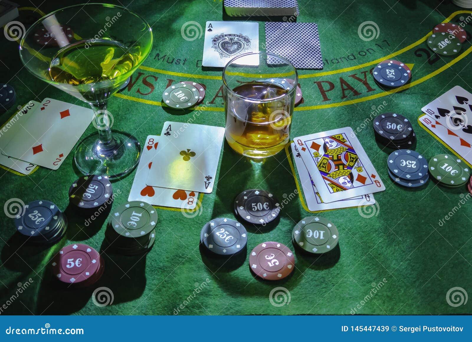Ponga para jugar la veintiuna en el casino Vidrios del whisky y de Martini en la tabla