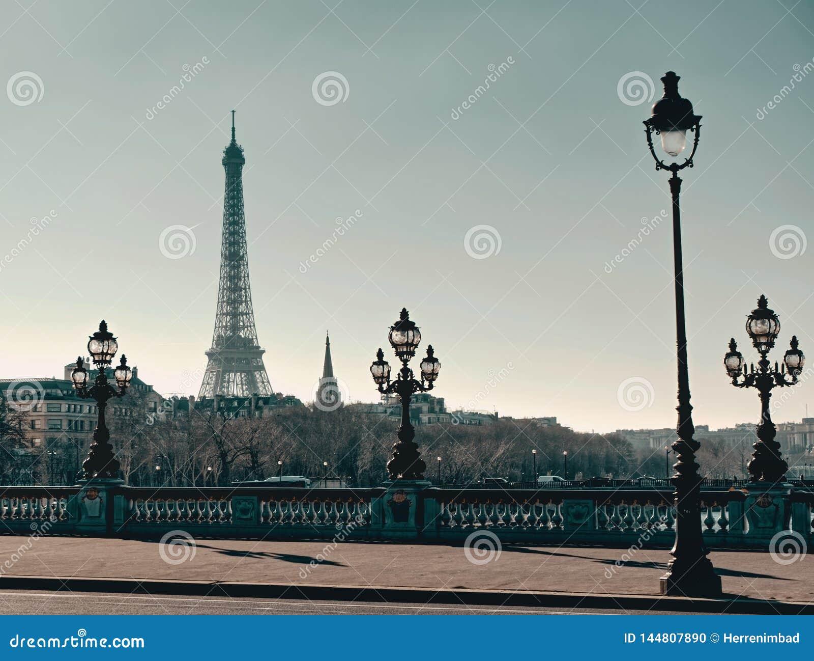 Pont Alexandre III met de toren van Eiffel