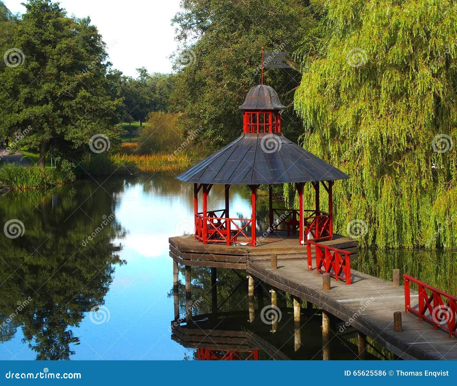 Pont avec le pavillon rouge