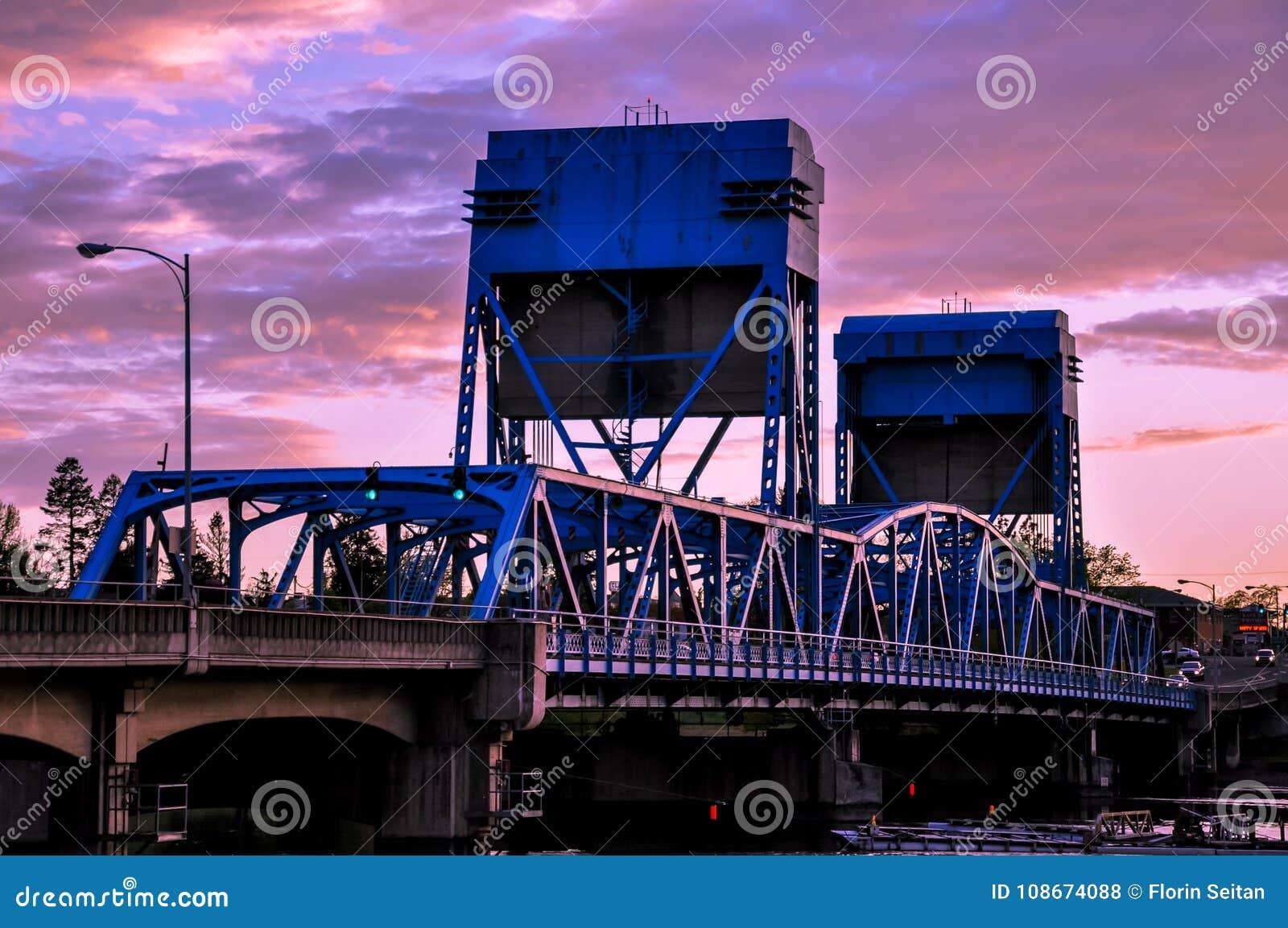Pont bleu de Lewiston - de Clarkston contre le ciel crépusculaire vibrant à la frontière des état de Washington de l Idaho et