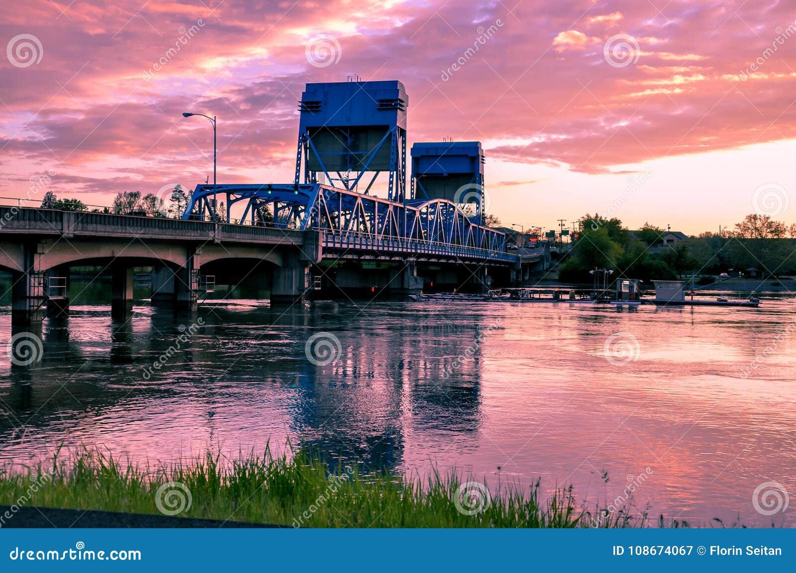 Pont bleu de Lewiston - de Clarkston contre le ciel crépusculaire vibrant Frontière des état de Washington de l Idaho et