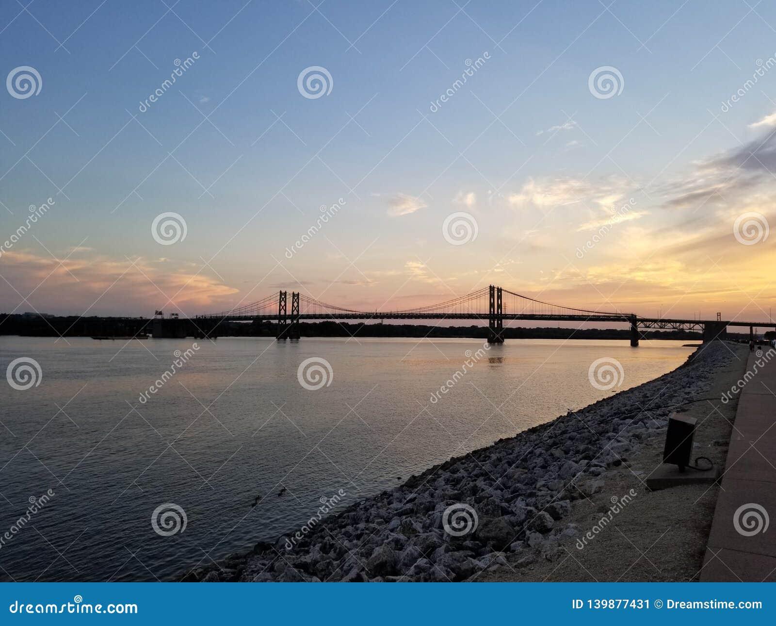 Pont commémoratif en Iowa au coucher du soleil