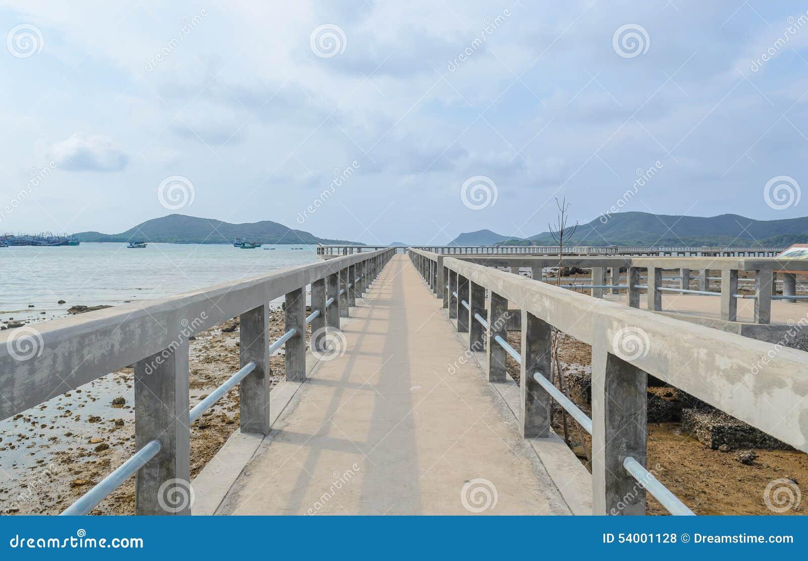 Pont concret au-dessus de la mer
